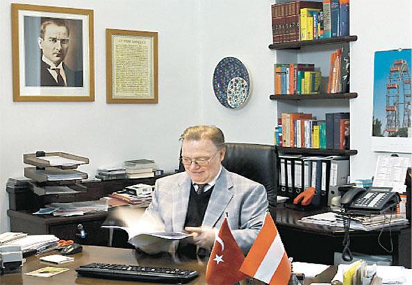 Der Direktor zwischen Atatürk & Riesenrad - ©Nurdogdu