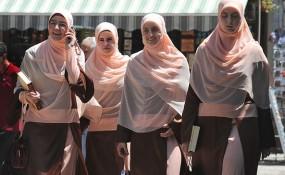 Teil von TV Klischees über Migrantinnen - Kopftuch tragende Frauen in Sarajevo - ©flickr.com/bzmch