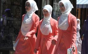 Sarajevo: Festlich gekleidete muslimische Abiturientinnen - ©flickr.com