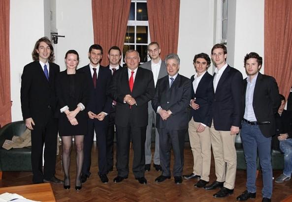 Österreichische Studenten in London mit Alfred Gusenbauer