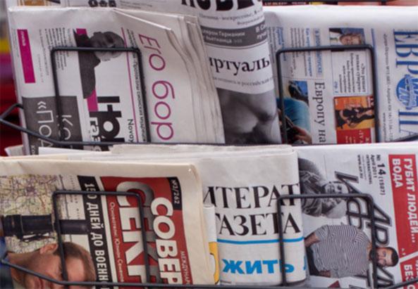 Auslaendische Zeitungen im Kiosk