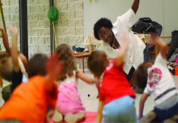 Jules Mekontchou, Kindergartenassistent, im Evangelischen Kindergarten Neue Donau der Diakonie bei einer Tanz-Choreographie (c) stay tuned new media