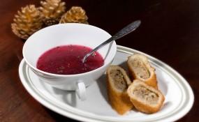 Rote Rueben Suppe mit Öhrchen - ©Kamilla Pokitko
