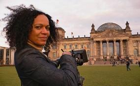 Mo Asumang vor dem Berliner Reischstag - ©Mo Asumang