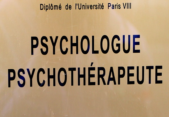 Türschild eines französischen Arztes