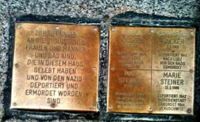 Traurige Realität auf Wiener Strasse: Tafel über Jüdische Opfer des Nationalsozialismus - ©M-MEDIA