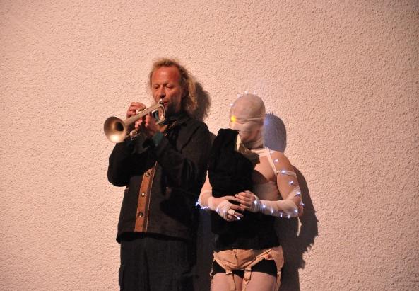 Performance von Franz Hautzinger an der Trompete und Kazuko Kurosaki bei der gestrigen Ausstellungseröffnung - ©soho in Ottakring