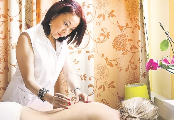 Die Ärztin Yongli-Liu bei der Arbeit - ©Milagros Martinez-Flener