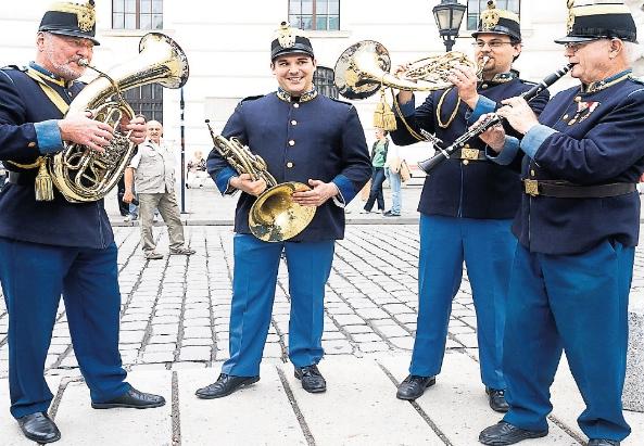 Zoltan Vass (2. von Links) mit seiner Blasmusikkapelle