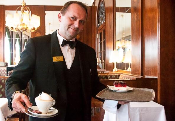Nenad Gavrić, Oberkellner im Wiener Cafe Landtmann - ©Milagros Martinez-Flener