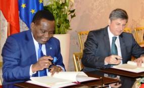 Nigerianische Außenminister Olubgenga Ashiru mit dem österreichischen Außenminister Michael Spindelegger