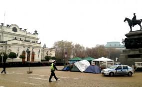 Das bulgarische Parlament in Sofia - Unter der Statue die Zelten und Zentrale der Protestbewegung