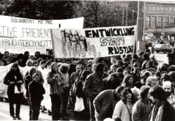September 1985 in Wien: Kundgebung Solidarität für Südafrika (Auf dem Plakat liest man Solidarität mit der ANC) - ©http://museum.evang.at/content/aktion-fruechteboykott-suedafrika
