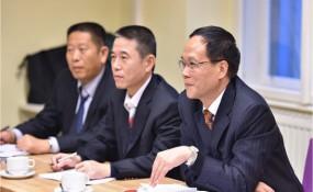 Delegation aus Guangzhou bei einem Besuch in Wien. Mit Chen Shao Kang (r.), Leiter des MigrantInnen-Büros von Guangzho, und Delegationsmitglieder ©wien.gv.at (10.12.2014)