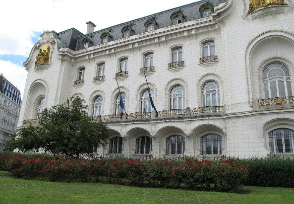Die Fahnen an der französischen Botschaft sind auf Halbmast. Foto: M-MEDIA/Konstantin Auer