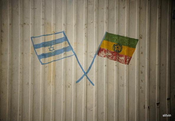 Flaggen von Äthiopien und Israel. Foto: Senia L auf Flickr. https://www.flickr.com/photos/sam-_-/8185799502/in/photolist-dtmn1b-59jBw3-2dxkD8-9bryeB-4f5idC-7o3peN-nrqjz1-npE4AG-nrq6JF-npE3N9-nttgHT-cErVzC-nad9b1-nad8Pj-8BdnBQ-AezZa-cErVMU-nrJUDE-nrq7y6-nrq7et-cErVVG-cErVSN-nad3AV-ZdFt3-7aTHsp-e6vvr1-9buEQN-5a1KYF-jNvHQQ-7aTHyX-7Njubk-nrJVpC-cErVws-7ykvMd-cErVcm-nrqkps-cErVJU-cErVGq-cErVD7-cErVQ5-cErVfh-nrqk73-cErViw-929jgL-7aTHqP-cCyc89-2ByWFv-nrGtt4-mgDpTT-9BTEgy