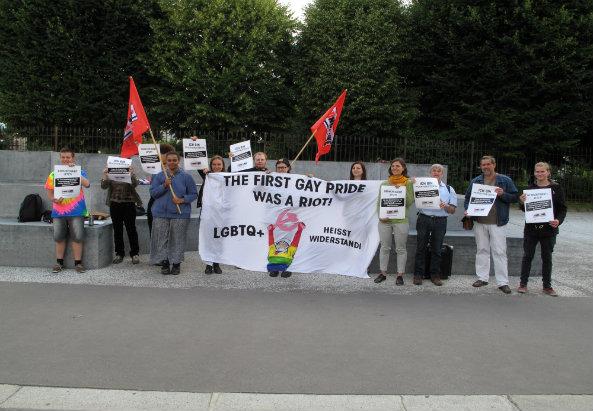 Ewa Dziedzic (5. Person von rechts) bei einer Kundgebung gegen das Urteil am 15. Juli 2016 am Ballhausplatz. Foto: M-MEDIA/Konstantin Auer